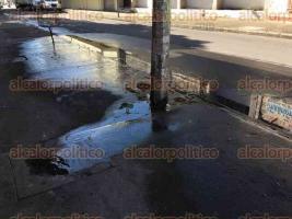 Veracruz, Ver., 25 de octubre de 2016.- Sobre la calle Madero, entre 10 de Mayo y Serd�n, hay una pestilente fuga de aguas negras que brota de un registro en la banqueta, lo que ocasiona malos olores y charcos.