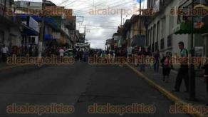 Xalapa, Ver., 25 de octubre de 2016.- Comerciantes de la Plaza Clavijero, cierran la calle a la altura de Victoria, piden a la subdirectora de Comercio, Clorinda Ferral, que les deje vender en esta temporada de Todos Santos.