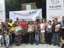 Xalapa, Ver., 25 de octubre de 2016.- La Secretar�a de Protecci�n Civil y el Ayuntamiento de Xalapa entregaron apoyos de ropa y calzado a vecinos de la colonia Olmeca afectados por las lluvias de la tormenta tropical Earl en agosto pasado.