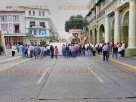 Xalapa, Ver., 26 de octubre de 2016.- Habitantes del municipio de Rafael Lucio encabezados por el alcalde, Leonel Libreros, bloquean la vialidad de la calle Enr�quez, exigen soluci�n debido a los desastres ocurridos por intensas lluvias.