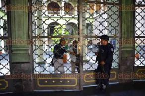 Xalapa, Ver., 26 de octubre de 2016.- Por la manifestaci�n de integrantes de la Fundaci�n Mej�a-Viveros est�n cerrados los accesos principales de Palacio de Gobierno con candados.