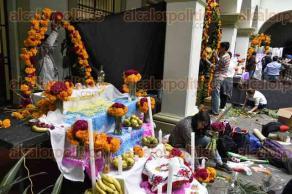 Xalapa, Ver., 26 de octubre de 2016.- Estudiantes de la Universidad de Turismo, comenzaron a montar ofrendas para la inauguraci�n de la Muestra de altares y el Festival del pan y tamal, del 27 al 30 de octubre en el patio central de Palacio Municipal.