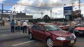 Xalapa, Ver., 26 de octubre de 2016.- Tal como lo anunciaron, trabajadores del Poder Judicial bloquean ambos carriles de la avenida L�zaro C�rdenas a la altura de Plaza Crystal.
