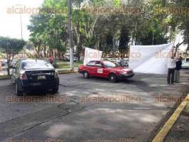 Xalapa, Ver., 27 de octubre de 2016.- Juan Antonio Salazar, director de la publicaci�n Ya Basta, cierra la avenida Ruiz Cortines esquina avenida Xalapa.