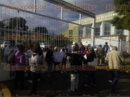 Xalapa, Ver., 27 de octubre de 2016.- Adultos mayores se manifestaron ante el IPE en demanda de pagos.