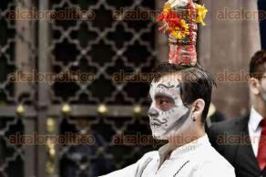 Xalapa, Ver., 27 de octubre de 2016.- En el marco de la celebraci�n del D�a de Muertos, estudiantes de la Unidad de Artes recorrieron las calles del centro de la ciudad y efectuaron una presentaci�n art�stica.