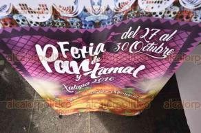 Xalapa, Ver., 27 de octubre de 2016.- Este jueves comenz� la Feria del Pan y Tamal Xalapa 2016, la cual permanecer� hasta el 30 de octubre, en bajos de Palacio Municipal.