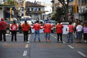 Xalapa, Ver., 27 de octubre de 2016.- Deportistas se manifestaron en Plaza Lerdo y posteriormente bloquearon por unos minutos la vialidad de la calle Enr�quez, exigen el pago de becas.