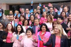 Ciudad de M�xico, 27 de octubre de 2016.- El coordinador del PRI en la C�mara de Diputados, C�sar Camacho, encabez� junto con legisladores, un evento para exhortar a la poblaci�n a prevenir y combatir los c�nceres de mama y pr�stata en M�xico.