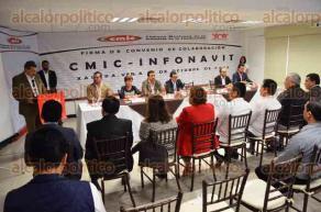 Xalapa, Ver., 27 de octubre de 2016.- El delegado de INFONAVIT en Veracruz, Jos� Manuel Trevi�o, junto con el presidente de la CMIC, Pedro Medina Amador, firmaron un convenio de colaboraci�n y entregaron reconocimientos a