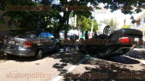 Boca del R�o, Ver., 27 de octubre de 2016.- Una pareja y su beb� de 20 d�as de nacida resultaron lesionados al volcar el auto en que viajaban y chocar contra dos autos estacionados en la esquina de las calles Mar Egeo y Costa Dorada del fraccionamiento Costa Verde.