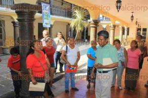 Papantla, Ver., 28 de octubre de 2016.- Ciudadanos se manifiestan en el Palacio municipal, piden la intervenci�n de las autoridades para que solucionen la presunta invasi�n a un predio.
