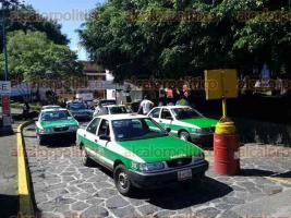 Xalapa, Ver., 28 de octubre de 2016.- Taxistas bloquean acceso a la Central de Autobuses de Xalapa (CAXA) para exigir se les permita descender pasajeros en la zona alta. Argumentan que ahora elementos de seguridad del IPAX por instrucciones del administrador se les proh�be el acceso.