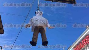 Xalapa, Ver., 28 de octubre de 2016.- Profesores y jubilados cuelgan pi�ata de Javier Duarte en un sem�foro del centro de la cuidad, en Enr�quez.