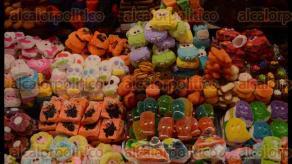 Veracruz, Ver., 28 de octubre de 2016.- Dulces, flores y gomitas de colores adornan las banquetas de la zona de mercados de la ciudad de Veracruz; los productos provienen de la Ciudad de M�xico y los vendedores lamentaron que no hubiera gomitas de Pokem�n para revender a los ni�os.