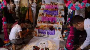 Veracruz, Ver., 28 de octubre de 2016.- Estudiantes de la Universidad de Golfo de M�xico realizaron una muestra de altares al interior del Museo de la ciudad de Veracruz; destac� el altar de la licenciatura en Derecho quienes dedicaron ofrendas a reporteros y ciudadanos asesinados y desaparecidos.