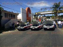 Coatepec, Ver., 28 de octubre de 2016.- Taxistas bloquean carretera Xalapa-Coatepec, est�n en contra de las retenciones de sus unidades.