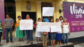 Papantla, Ver., 28 de octubre de 2016.- Artesanos exigen que comerciantes respeten sus espacios de trabajo toda vez que no les permiten llevar el sustento a sus familias.