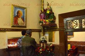 Xalapa, Ver., 28 de octubre de 2016.- Fieles cat�licos acudieron a Catedral para venerar y agradecerle hoy en su d�a, al santo de las causas imposibles San Judas Tadeo, dej�ndole flores o veladoras.
