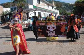 Tezonapa, Ver., 28 de octubre de 2016.- Alumnos y profesores de vistieron de Catrinas y muertes para desfilar por las calles del Centro, y as� rescatar las tradiciones del D�a de Muertos.