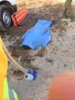 Alvarado, Ver., 1 de diciembre de 2016.- Paramédicos y rescatistas de la Cruz Roja, así como trabajadores de construcción de un fraccionamiento, cerca de Antón Lizardo, removieron tierra que había sepultado a 2 hombres, rescatando a uno, herido de gravedad y el cuerpo del otro, quien permanece como desconocido en el SEMEFO.
