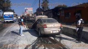 Xalapa, Ver., 2 de diciembre de 2016.- Se incendia motor de auto Renault Megane, en la avenida Lázaro Cárdenas, a la altura del Puente Pípila.