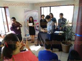 """Xalapa, Ver., 2 de diciembre de 2016.- Segunda edición de la exposición """"Arte para crecer"""", que organiza la asociación CRECE Autismo y Discapacidad Intelectual, en donde los estudiantes recibieron reconocimientos por su desesmpeño."""