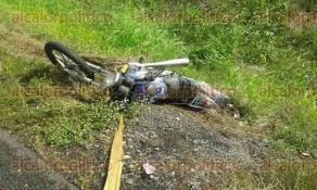 Paso del Toro, Ver., 2 de diciembre de 2016.- Un Seat Ibiza rojo chocó contra una motocicleta, perdiendo el control y saliéndose del camino. El motociclista murió al recibir múltiples heridas.
