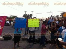 Medellín de Bravo, Ver., 2 de diciembre de 2016.- Un grupo de personas bloquearon la carretera estatal que va de Veracruz a El Tejar, en Medellín de Bravo, a la altura de Puente Moreno, en demanda de que las autoridades coloquen topes en esta vialidad.