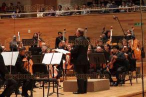 Xalapa, Ver., 2 de diciembre de 2016.- Para conmemorar 20 años de autonomía de la Universidad Veracruzana, la Orquesta Sinfónica de Xalapa, bajo la dirección de Lanfranco Marcelletti, interpretó la Novena Sinfonía de Gustav Mahler en el Centro Cultural Tlaqná, la noche de este viernes.