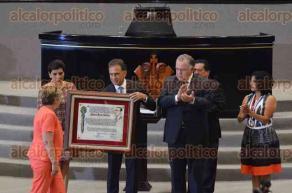 Xalapa, Ver., 3 de diciembre de 2016.- 11 colectivos que buscan a personas desaparecidas fueron reconocidos por la LXIV Legislatura con la Medalla Adolfo Ruiz Cortines; el gobernador Miguel Ángel Yunes Linares entregó las preseas.
