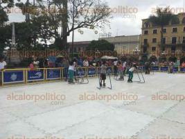 Córdoba, Ver., 3 de diciembre de 2016.- Niños y grandes patinan en la pista de hielo sintético que se instaló en la explanada del parque 21 de Mayo, como parte de las fiestas navideñas; el acceso es gratuito.