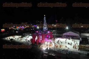 Ciudad de México, 3 de diciembre de 2016.- Cientos de niños y adultos disfrutaron de patinar en la inauguración de la pista de hielo en el zócalo, presidida por el jefe de Gobierno de la CDMX, Miguel Ángel Mancera.