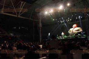 Xalapa, Ver., 4 de diciembre de 2016.- El cantante Manuel José, imitador de José José, se presentó en concierto en el gimnasio de la USBI, la noche de este sábado.