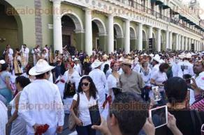 """Xalapa, Ver., 4 de diciembre de 2016.- Al mediodía de este domingo, en el centro de Xalapa en la calle de Enríquez, 1078 personas se movieron al ritmo de """"La bamba"""" para imponer Récord."""