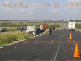 Juan Rodríguez Clara, Ver., 5 de diciembre de 2016.- Ambos accidentes se registraron sobre la autopista Cosoleacaque-La Tinaja, entre Juan Rodríguez Clara y Acayucan.