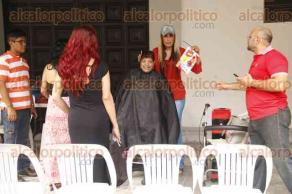 """Veracruz, Ver., 5 de diciembre de 2016.- La asociación civil """"Por un Veracruz sin discriminación"""" cortó cabello a cambio de juguetes como parte del """"Juguetón 2017""""."""