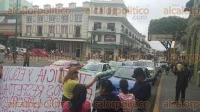 Xalapa, Ver., 5 de diciembre de 2016.- El grupo ARCO cerró la calle Enríquez exigiendo que se les otorguen plazas magisteriales. Los encabeza su líder Citlalli Topacio Hernández, quien pide ser atendida por el gobierno actual.