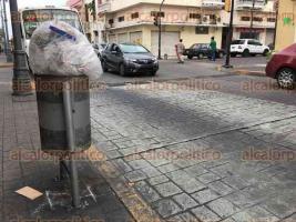 Veracruz, Ver., 5 de diciembre de 2016.- A un año de que termine la administración municipal de Ramón Poo Gil, el Centro Histórico de Veracruz continúa sin botes de basura en las vialidades más transitadas. Muchos de los contenedores donados por SEMARNAT ya han desaparecido.