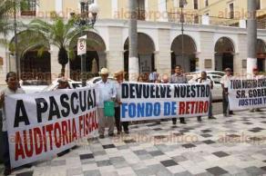 Veracruz, Ver., 6 de diciembre de 2016.- Un grupo de jubilados de la empresa TAMSA, encabezados por Bartolo Guevara, se manifestó en el zócalo de la ciudad para exigirle al líder sindical de este corporativo, Pascual Lagunes, que les entregue el fondo de ahorros.