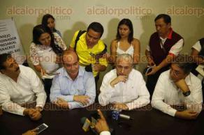 Veracruz, Ver., 6 de diciembre de 2016.- Presidentes del Consejo Coordinador Empresarial de Poza Rica, Coatzacoalcos, Xalapa y Veracruz, ofrecieron una rueda de prensa para manifestar su voto de confianza al Gobernador.