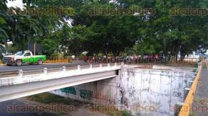 Minatitlán, Ver., 6 de diciembre de 2016.- A partir de las 10 de la mañana fue bloqueada la pista Minatitlán-Cosoleacaque, a la altura del Puente de la Diez, por parte de los docentes del Movimiento Magisterial Popular Veracruzano.