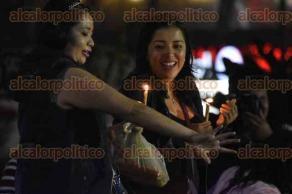 """Xalapa, Ver., 7 de diciembre de 2016.- A pesar de la lluvia, personas acuden al festejo de la tradición del """"Niño Perdido"""", a encender un camino de velas como cada 7 de diciembre."""