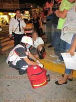 Veracruz, Ver., 7 de diciembre de 2016.- Paramédicos de la Cruz Roja brindaron los primeros auxilios a la jovencita Natalia M. C., de 17 años, estudiante del CBTIS 79, pues fue atropellada por un automóvil Hyundai en la avenida Ignacio Allende, a la altura de la calle Carlos Cruz.