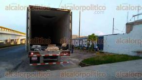 Coatzacoalcos, Ver., 8 de diciembre de 2016.- Indocumentados rescatados fueron puestos bajo resguardo para en breve ser entregados a personal del Instituto Nacional de Migración (INM).