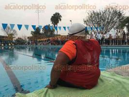 Córdoba, Ver., 8 de diciembre de 2016.- Espectadores que acudan a ver al atleta paralímpico Omar Osorio cumplir el reto de nadar por 27 horas continuas, deberán entregar una donación en especie para el Banco de Alimentos.