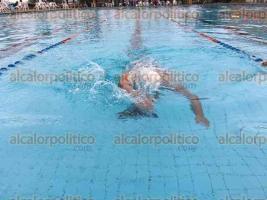 Córdoba, Ver., 9 de diciembre de 2016.- A las 9:00 horas de este viernes, el atleta paralímpico Omar Osorio Salazar cumplió 16 horas de nado continuas en las que ha recorrido más de 25 mil metros.