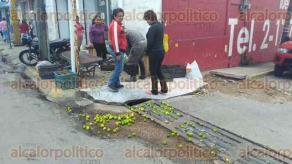 Coatzacoalcos, Ver., 9 de diciembre de 2016.- Carlos Vázquez dejó estacionado su vehículo en el fraccionamiento Maradunas y por los fuertes vientos ocasionados por el frente frío 13 el concreto que se desprendió de uno de los departamentos y cayó sobre su coche.
