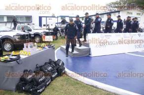 Veracruz, Ver., 9 de diciembre de 2016.- El secretario de Seguridad Pública, Jaime Téllez Marié, entregó Equipamiento Personal y Terrestre FORTASEG 2016 a elementos de la Policía Naval en el centro de seguridad de Playa Linda.
