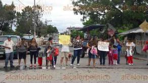 Veracruz, Ver., 9 de diciembre de 2016.- Habitantes de la colonia Chivería de este puerto mantienen bloqueada la avenida Yañez a la altura de la calle Comunidad para exigir seguridad en el jardín de niños